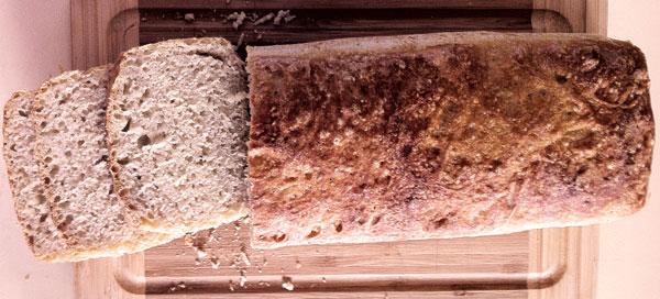 Fertiges Brot aus der Brotkasten-Backform von Lurch: Ein Gedicht - Geschenk zum Geburtstag